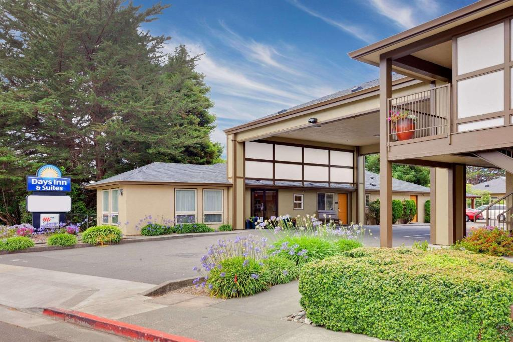 The Days Inn & Suites by Wyndham Arcata, one of the hotels near Humboldt State University.