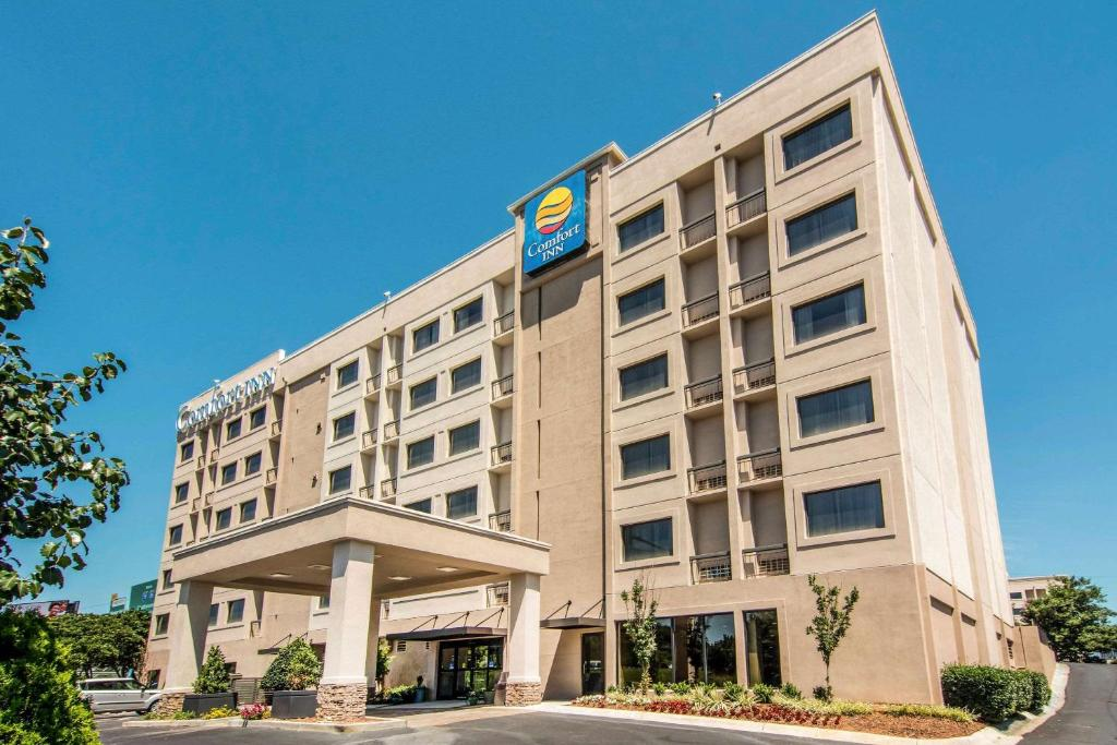 The Comfort Inn Downtown Atlanra, one of the hotels near Zoo Atlanta.