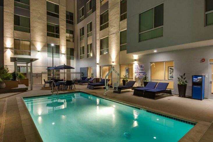 The Hampton Inn & Suites Los Angeles - Glendale, one of the hotels near Glendale Amtrak Station.