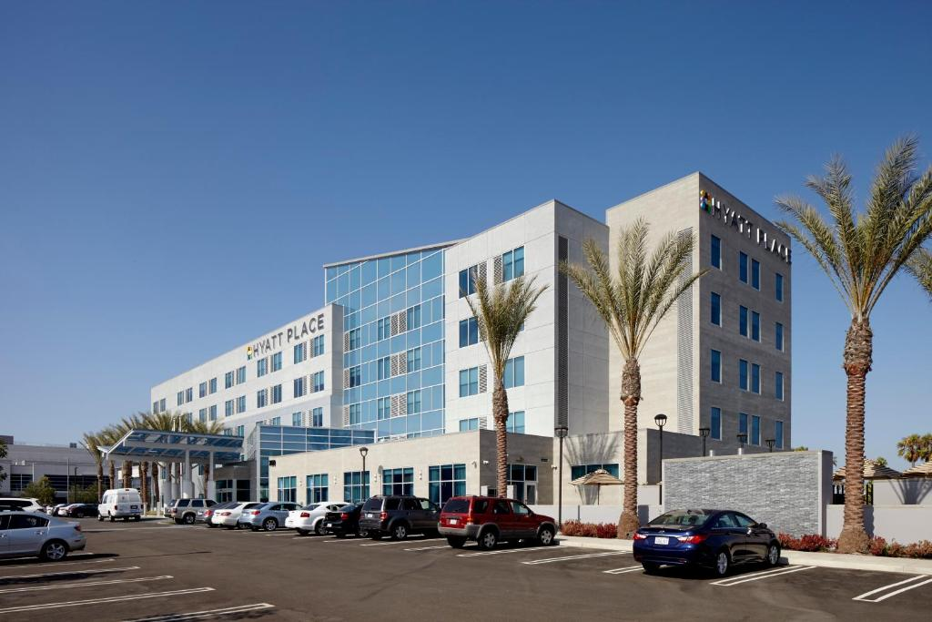 The Hyatt Place Bakersfield, one of the hotels near Cal State Bakersfield.