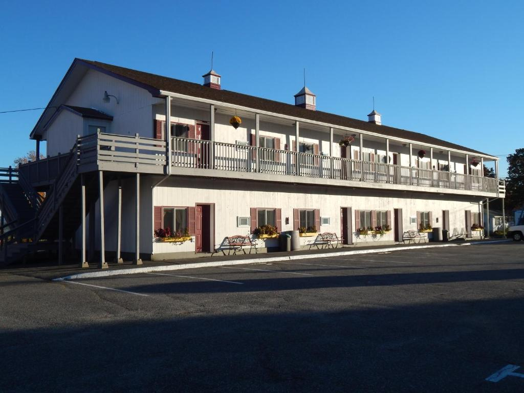 The Acadia Sunrise Motel, one of the hotels near Bar Harbor Airport in Maine.