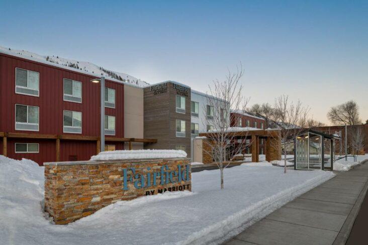 The Fairfield by Marriott Inn & Suites Hailey Sun Valley ជាសណ្ឋាគារមួយក្នុងចំណោមព្រលានយន្តហោះនៅជិតព្រលានយន្តហោះ Sun Valley ក្នុងរដ្ឋ Idaho ។