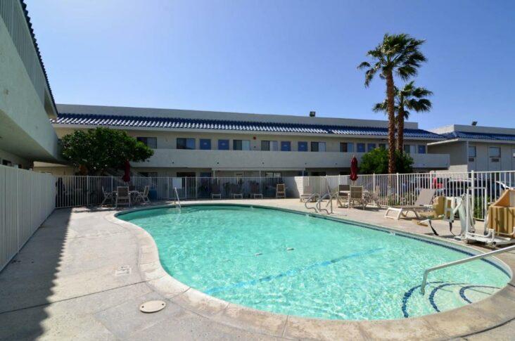 The Motel 6 - North Palm Springs, CA ដែលជាសណ្ឋាគារមួយនៅជិតស្ថានីយ៍ Palm Springs ។