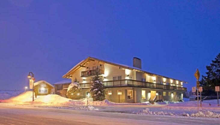 The Mammoth Creek Inn, one of the hotels near Mammoth Yosemite Airport in California.